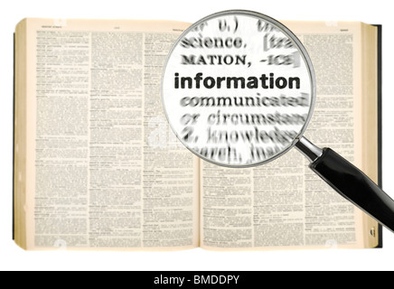 Une loupe sur le mot information sur un dictionnaire. Isolé sur blanc. Banque D'Images