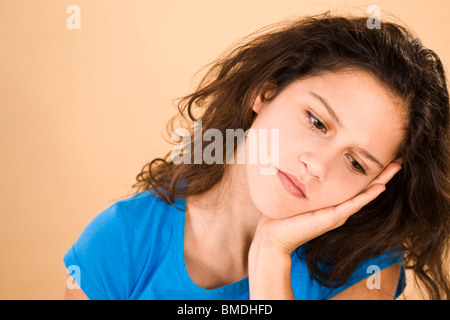 Teenage Girl Leaning Head on Hand Banque D'Images