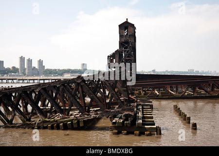 Bois carbonisé et cadre en acier rouillé de Burnt Out quai ferroviaire anciennement utilisé pour décharger des wagons Banque D'Images