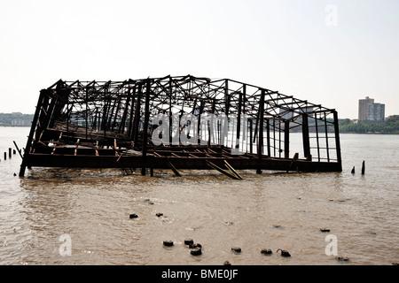 Squelette en acier de Burnt Out Hudson River railroad pier autrefois utilisé pour décharger la cargaison de voile Banque D'Images