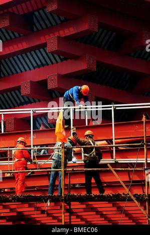 Les travailleurs de la construction sur l'échafaud, Pavillon de la Chine, la zone A, 2010 Parc de l'Expo Shanghai, Banque D'Images