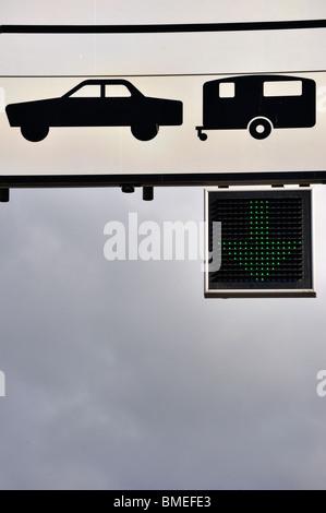 La Scandinavie, la Suède, Göteborg, vue du panneau de signalisation, low angle view Banque D'Images