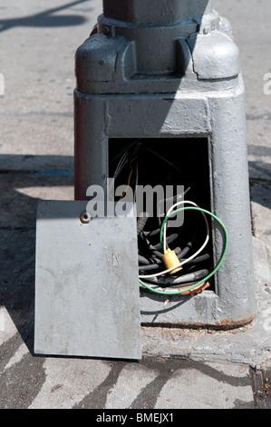 Un panneau électrique sur un réverbère câblage dangereux expose au grand public. Banque D'Images