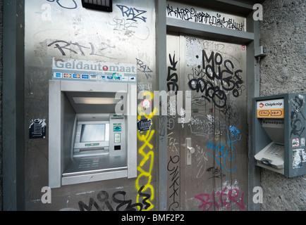 Amsterdam ATM, guichet automatique, machine d'argent, un distributeur distributeur, dans un coin dangereux impur Banque D'Images