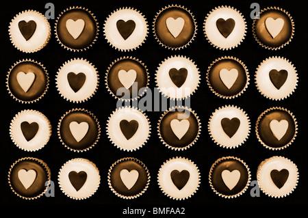 Mini cupcakes décorés de coeur de formes. Sépia Banque D'Images