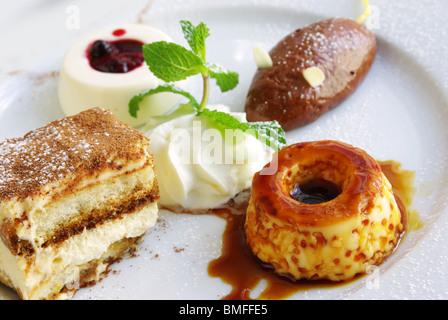 Un assortiment de délicieux desserts en une seule plaque Banque D'Images