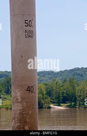 Vevay, New York - Un poster de béton mesure la profondeur de la rivière Ohio entre Indiana et Kentucky. Banque D'Images