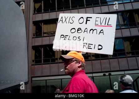 Les membres du mouvement Tea Party de l'Illinois de Chicago la rallye Daley Plaza le jeudi 15 avril, 2010. Banque D'Images