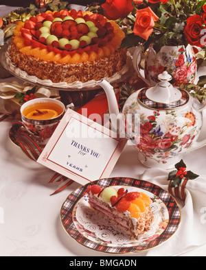 Dîner de fantaisie formelle place la table, tasse de thé desserts carte de remerciement. Copy space Banque D'Images