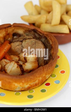 Yorkshire pudding géant fraîchement remplies avec Lean rôti de boeuf, pommes de terre, carottes et une riche sauce Banque D'Images