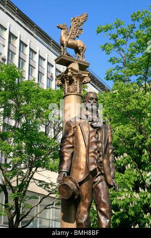 Monument de la poète, essayiste, journaliste et humaniste Walter Whitman (1819-1892) à l'extérieur de l'Université d'État Lomonossov de Moscou