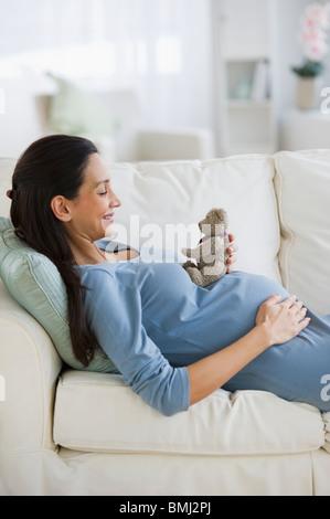 Femme enceinte en appui sur table