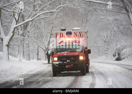 New York City fire department pendant la conduite sur route enneigée Banque D'Images