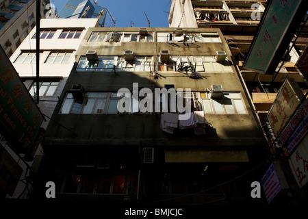 Un ancien bâtiment résidentiel derrière un gratte-ciel dans le district financier montrant un contraste avec vitreux Banque D'Images