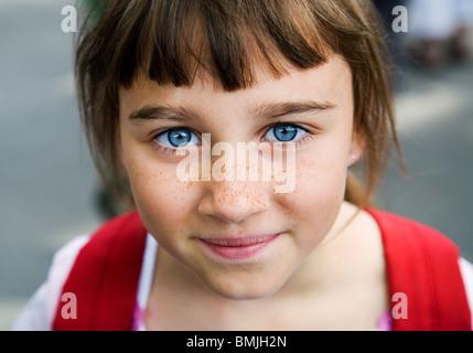Portrait d'une fille avec de grands yeux bleus et des taches de rousseur, la Suède.