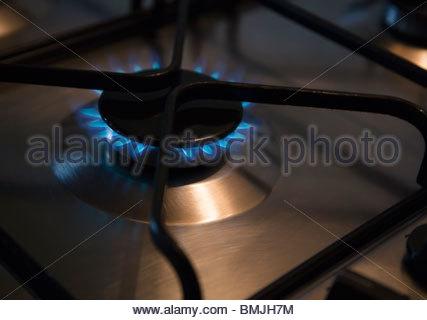 L'anneau de gaz allumé sur four de cuisson Banque D'Images