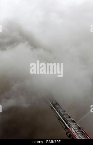 Pompier luttant contre un smoky blaze