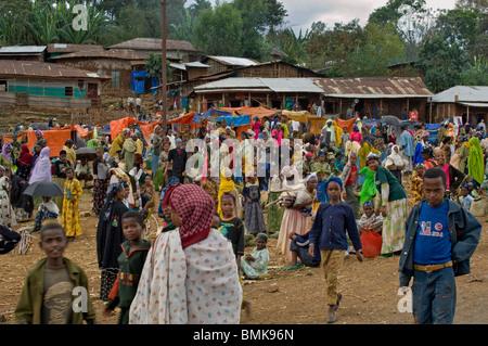 Des gens habillés de couleurs vives en marché en plein air d'un petit village sur la route entre Addis Ababa, Ethiopie. Banque D'Images