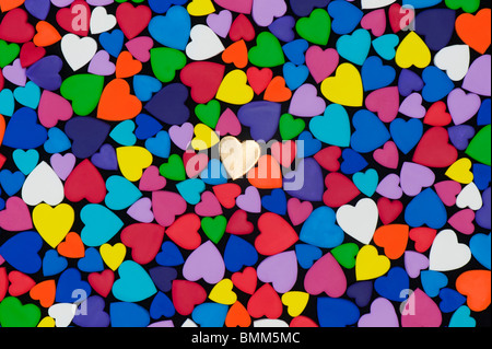 Motif en forme de coeur multicolore sur fond noir Banque D'Images