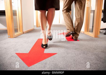 Les gens qui marchent dans des directions différentes Banque D'Images