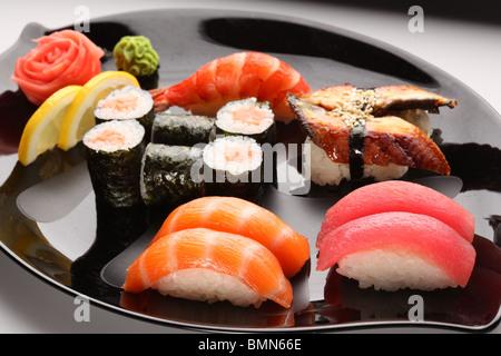 Ensemble de sushi japonais sur une plaque Banque D'Images