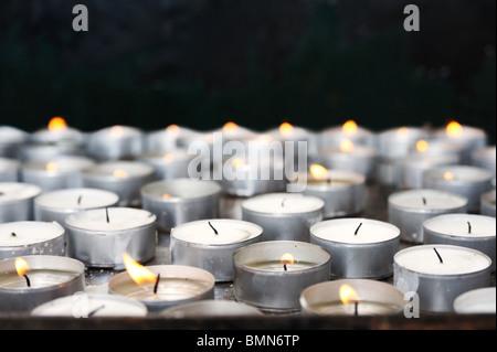 Bougies de prière à l'église - close up Banque D'Images