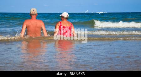 Couple, plage, de détente dans l'Océan Surf, modèle Publié Banque D'Images