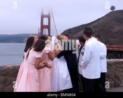 Un mariage en face de la Golden Gate Bridge, San Francisco, California, USA Banque D'Images