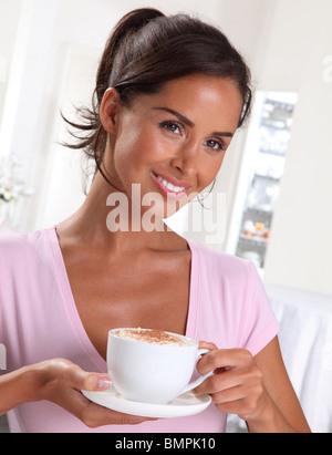 Femme avec du cappuccino Banque D'Images