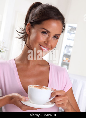 Femme avec du cappuccino