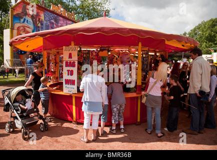 Les gens à un parc d'attraction au quartier de West End à Glasgow Kelvingrove Park, Festival 12 Juin 2010 Banque D'Images
