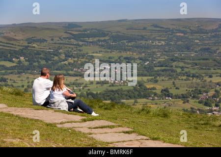 UK, Derbyshire Peak District, couple, vue sur la vallée de l'espoir de Mam Tor Banque D'Images