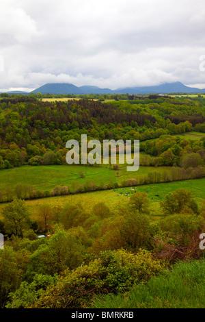 Paysage rural auvergne, volcans Puy de Côme et Puy de Dôme en arrière-plan