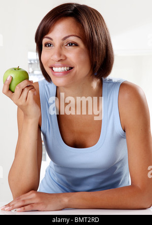 WOMAN HOLDING APPLE Banque D'Images
