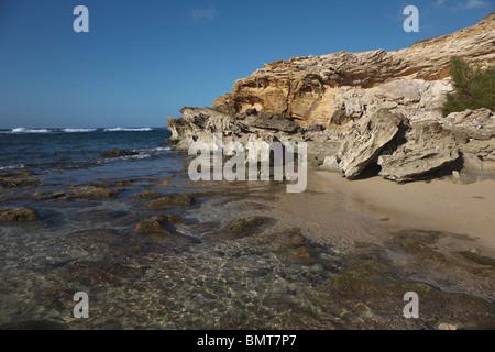 Kauai, Hawaii, United States of America; l'eau peu profonde sur Wave-Washed Télévision Reef avec grès sculptés Banque D'Images