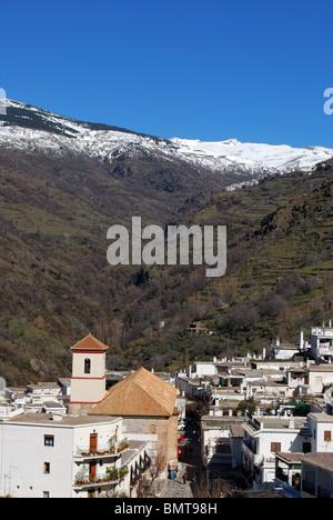 Vue de la ville à la recherche vers les montagnes de la Sierra Nevada, Pampaneira, Las Alpujarras, Province de Grenade, Banque D'Images