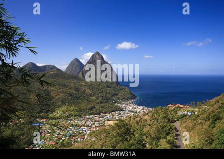 Caraïbes, St Lucia, petit et Gros Piton Montagne (Patrimoine de l'UNESCO) et ville de Soufrière Banque D'Images