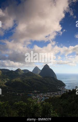 Caraïbes, St Lucia, petit et Gros Piton Montagne (Patrimoine de l'UNESCO) et de la ville de Soufrière Banque D'Images