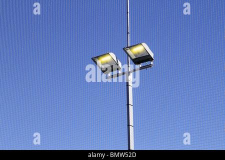 Terrain de sport le matériel d'éclairage spots de ciel bleu... Banque D'Images