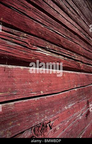 Surface d'un mur traditionnel en rondins peint avec peinture de protection ocre rouge , Finlande Banque D'Images