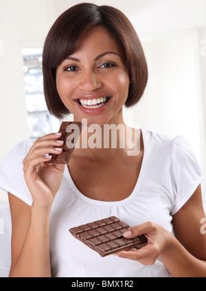 Femme mangeant du chocolat Banque D'Images