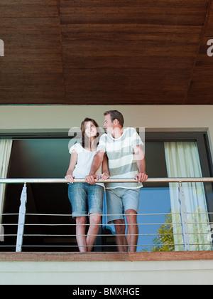 Couple sur balcon de holiday home Banque D'Images
