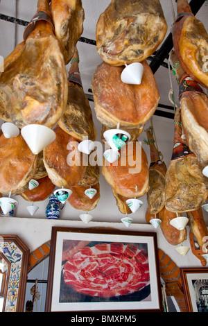 Jambon traditionnel jambe suspendue dans une boutique de souvenirs, Travelez Las Alpujarras Province de Grenade, Banque D'Images