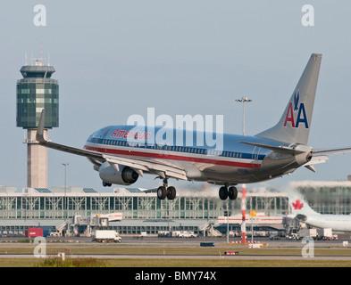 Un Boeing 737-823 d'American Airlines avion de ligne à l'atterrissage à l'Aéroport International de Vancouver (YVR).