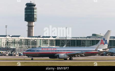 Un Boeing 737-823 d'American Airlines avion de ligne à l'atterrissage à l'aéroport international de Vancouver (YVR). L'aérogare