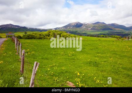 Paysage rural dans le Puy-de-Dôme région. Puy de Sancy , plus haut sommet de l'Europe centrale et massivf Puy de l'angle en arrière-plan.