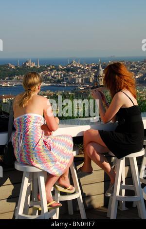 ISTANBUL, TURQUIE. Deux femmes à un bar sur le toit dans le district de Beyoglu Pera. L'année 2009. Banque D'Images