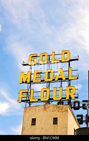 Médaille d'or historique signe au-dessus de la farine Washburn un moulin à Minneapolis, Minnesota. Banque D'Images