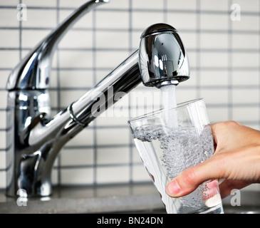 Le remplissage de l'eau de robinet de cuisine en acier inoxydable Banque D'Images