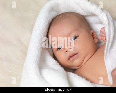 Six semaine mignon bébé garçon dans une serviette après le bain Banque D'Images